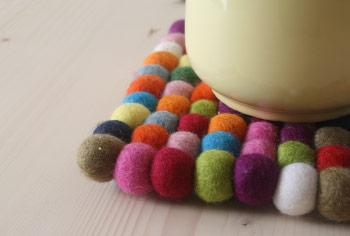 Farbtupfer auf dem Esstisch