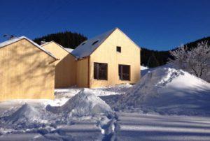 Ansicht des Ferienhauses vom Garten mit Gartenhaus im Winter
