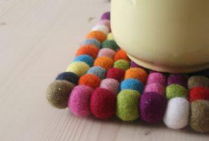 Teekanne mit Farbtupfer auf dem Esstisch