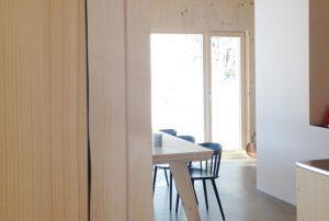 Wohn-/Essbereich mit Kamin, Esstisch und Küche