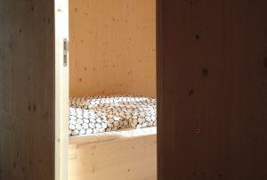 Einblick in das Schlafzimmer mit Doppelbett