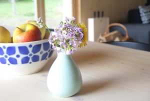 Esstisch mit Blumen am früheren Seilerhansenhof
