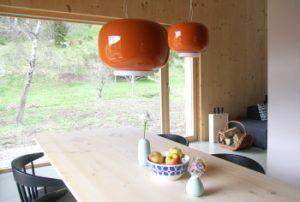 Esstisch und Blick auf das Sofa und die Natur am früheren Seilerhansenhof