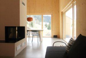 Wohnzimmer mit Sofa und Kamin am früheren Seilerhansenhof